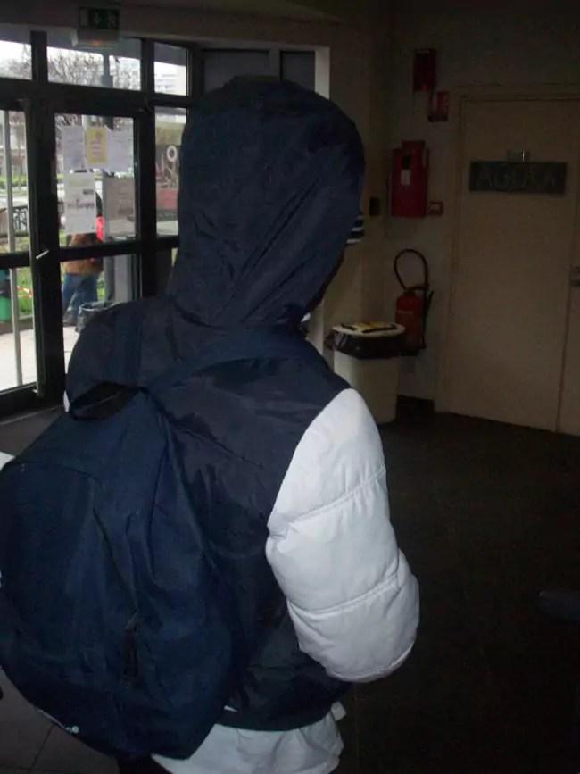 """Comme les autres, Ibrahima ne souhaite pas qu'on voit son visage. Pour lui, le plus dur est l'ennui et le froid qui le """"tue"""" (Photo DL / Rue 89 Strasbourg / cc)"""