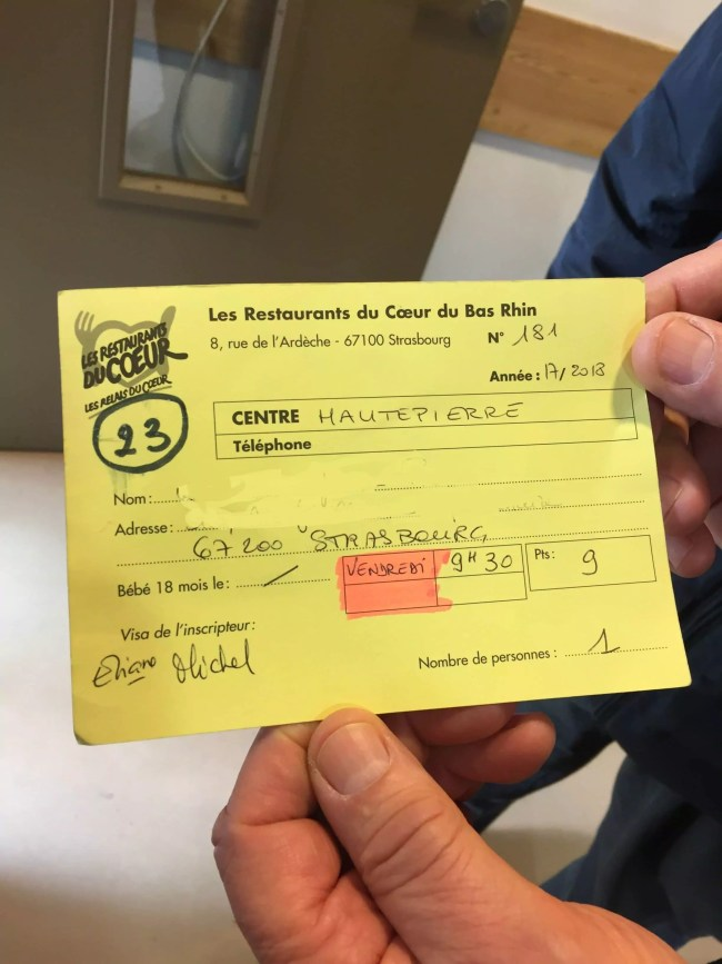 Les cartes de distribution permettent à chaque bénéficiaire de savoir quand il doit venir. Au verso, la date de la prochaine distribution est précisée. (Photo EB - Rue89 Strasbourg)