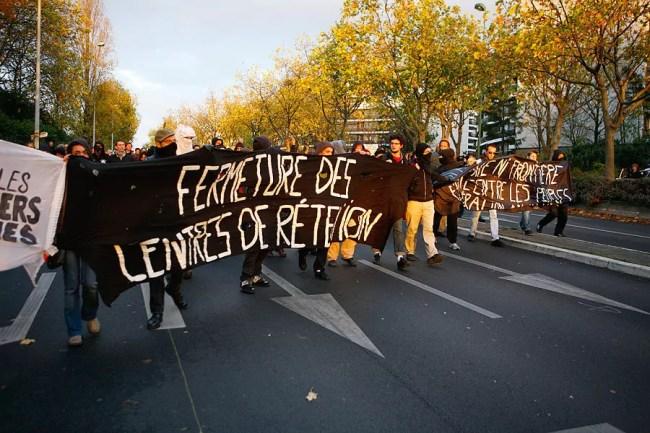 Une manifestation pour la fermeture du centre de rétention de Vincennes (Photo lookin4poetry / visualhunt / cc)