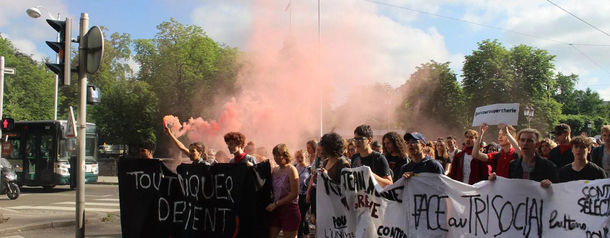 Environ 200 lycéens dans les rues pour la journée «Lycées morts»