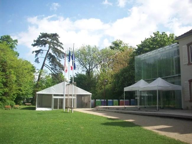 Pour pallier le manque d'espace, le chapiteau dans le jardin permet d'accueillir du monde à la belle saison (Photo DL/Rue 89 Strasbourg/cc)