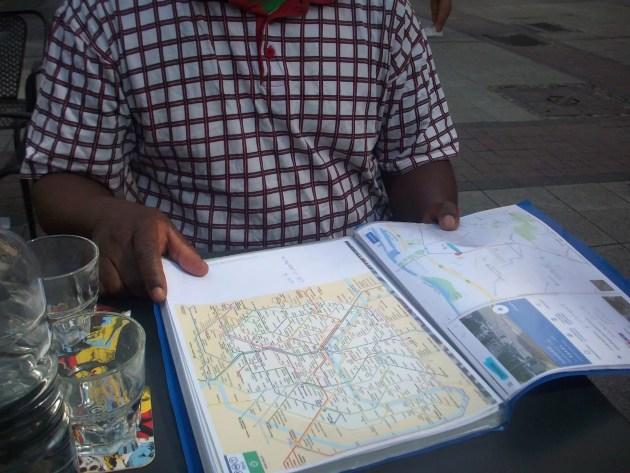 Léopold a reçu plein de documents pour s'en sortir dans la vie quotidienne à Strasbourg, dont le plan du réseau de transports en commun (Photo DL/Rue 89 Strasbourg/cc)
