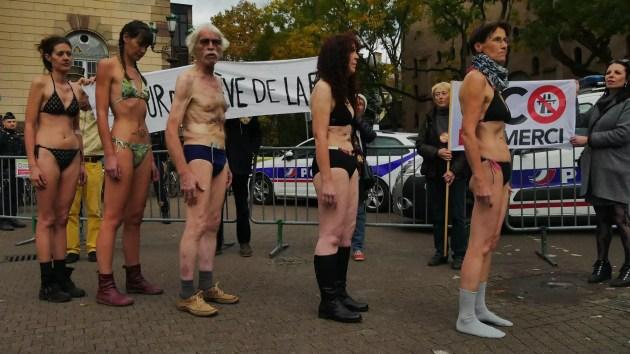 Les cinq grévistes de la faim ont voulu montrer les effets de leur jeûne sur leurs corps (Photo GK / Rue89 Strasbourg / cc)