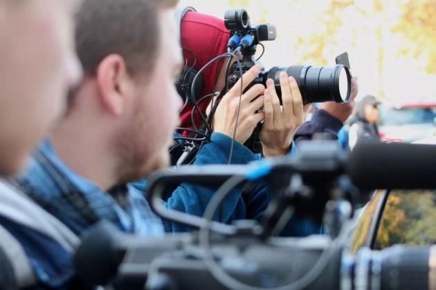 Sur les tournages, les jeunes filment en alternance avec des professionnels comme ici, JP, vidéaste de l'association Kapta. (Photo : OG / Rue89 Strasbourg)