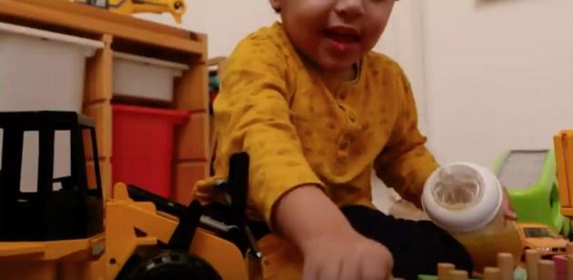 """Aujourd'hui Luqman a trois ans.  Ses parents vont le scolariser à domicile pour cette année. (Photo : """"CHU de Strasbourg : l'art du camouflage"""" / Capture d'écran)"""
