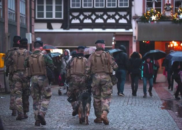Militaires de l'opération Sentinelles dans les rue de Strasbourg pendant le Marché de Noël (Photo Victor Maire / Rue89 Strasbourg / cc)
