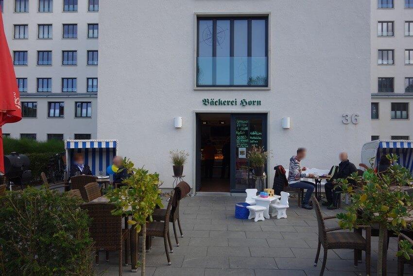 Außenbereich des Bäcker Horn in Prora