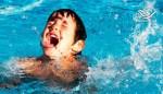 أراد أن يقفز في المسبح من أعلى السلم لكن لم يتوقع ما كان في انتظاره