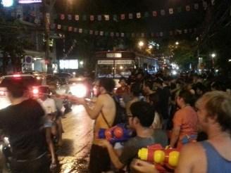 Wasserschlacht and Songran. Bangkok am Abend