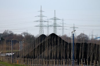 Die Kohleberge und Strommasten, wirken fast symmetrisch angeordnet.