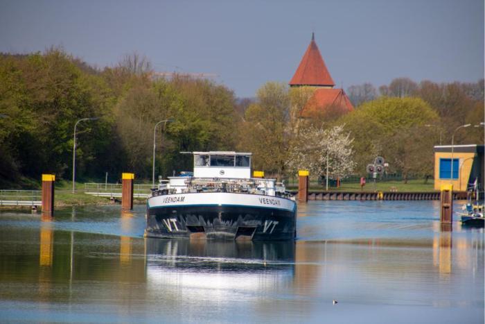 schiff mit Kirch im Hintergrund
