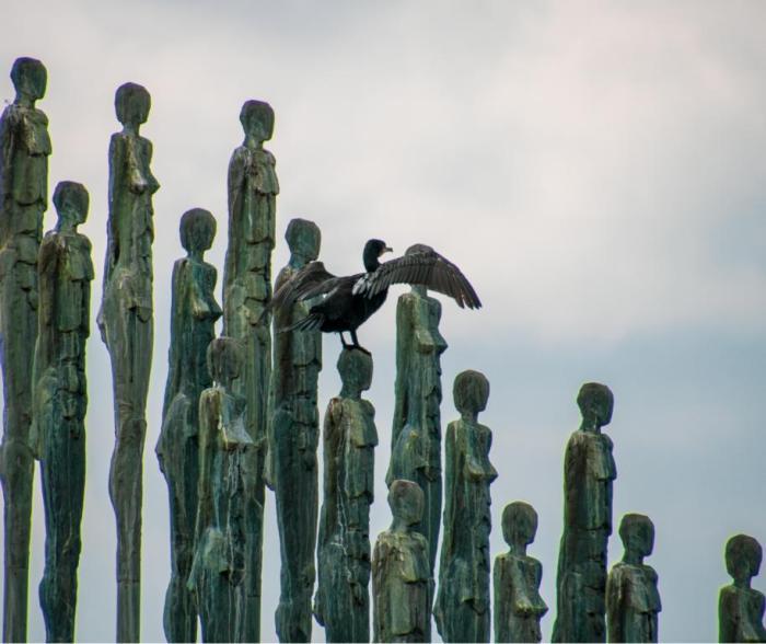 Kormoran auf einer Skulptur