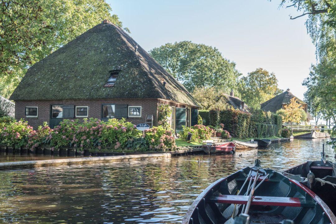 Blick vom Wasser auf Giethoorn in den Niederlanden