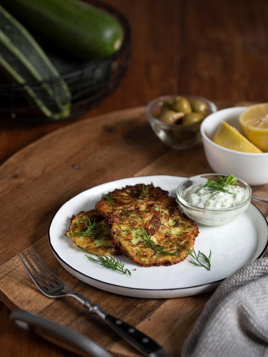 Zucchini-Puffer mit Tzatziki: Ein leckeres und einfaches Rezept für Puffer wie beim Griechen