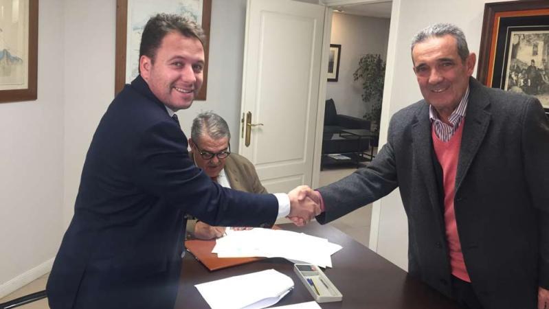 Jesús Ruiz Ballesteros y Juan Carrillo en la firma pública para la absorción de Juan Carrillo y Asesores SL por parte del despacho Ruiz Ballesteros Abogados y Asesores Fiscales