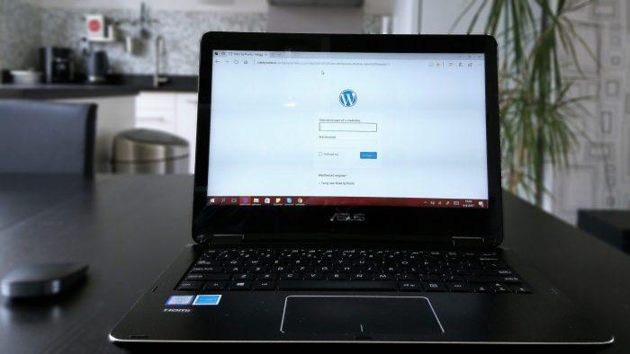 Werken achter Mijn laptop op de eettafel inbox