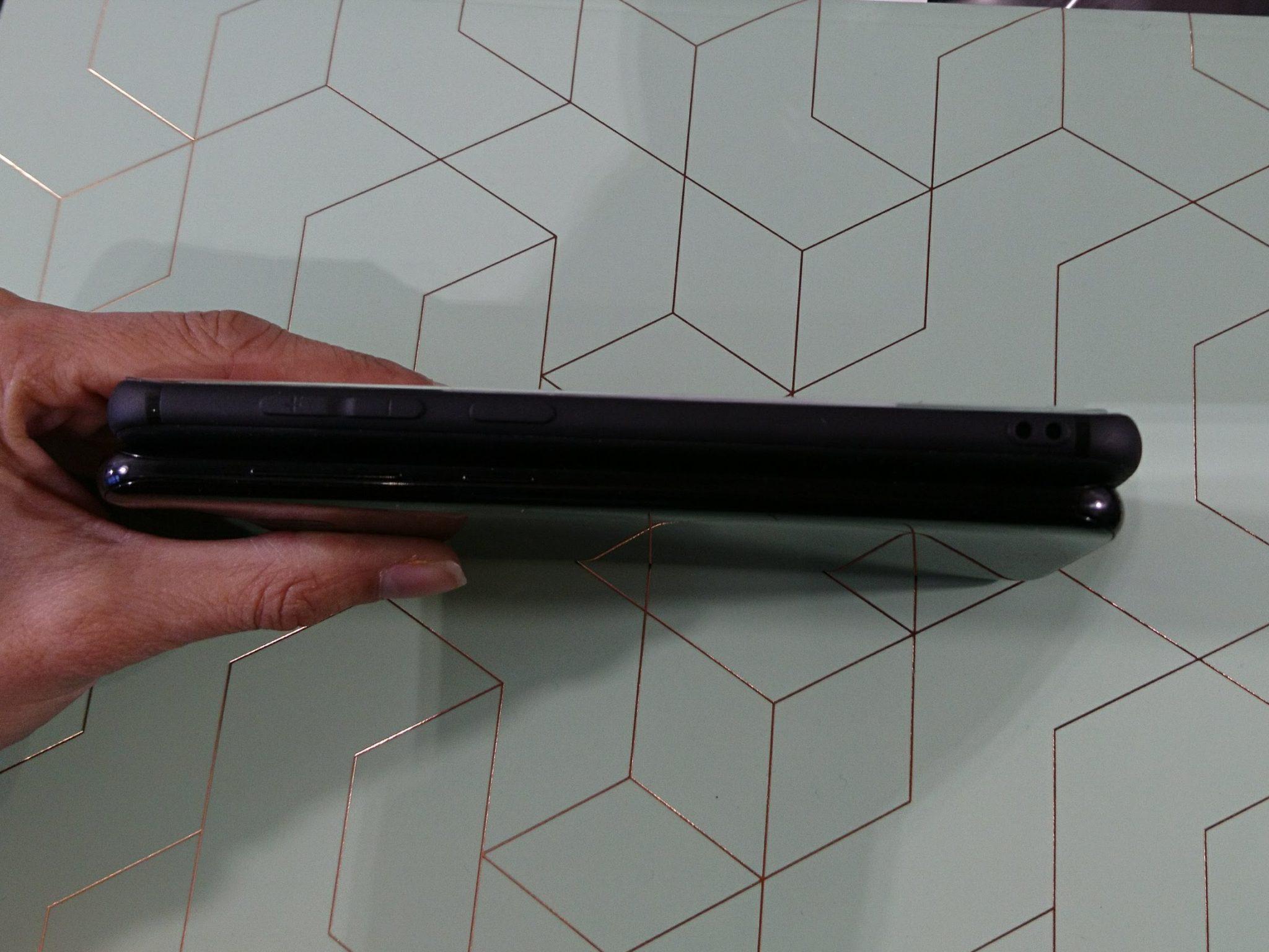 De dikte van de Galaxy S8 met en zonder case.