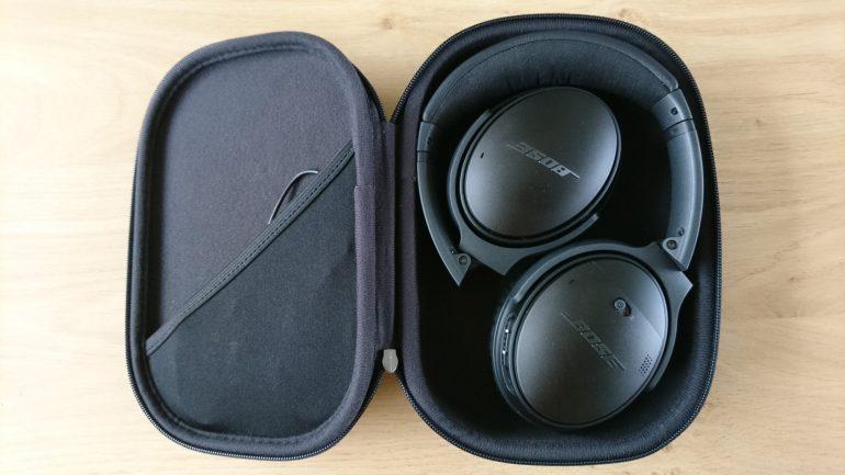 De Bose QuietComfort 35 Wireless II in geklapt in de case.