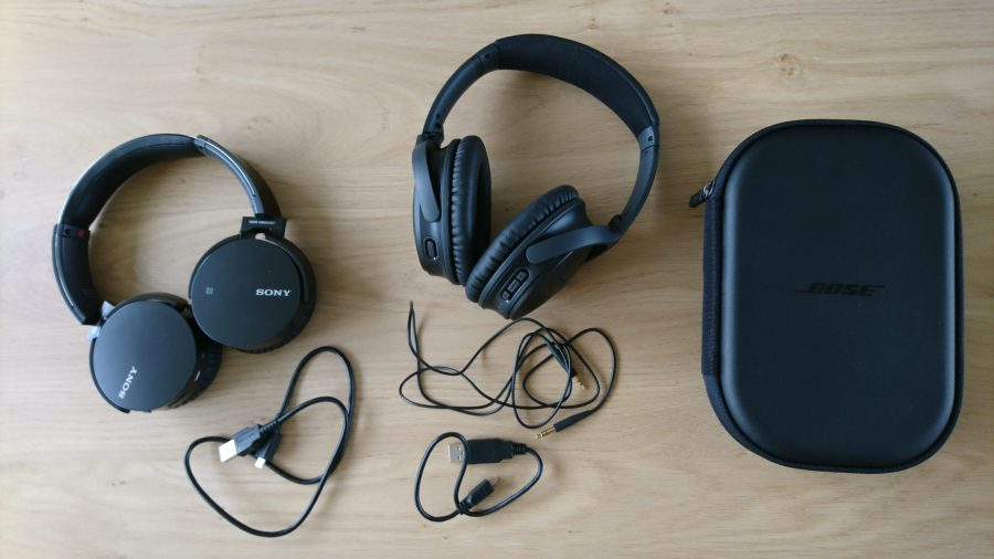 Bij de Sony koptelefoon wordt alleen een oplaadkabeltje meegeleverd. Bij de Bose, zit een oplaadkabel, een opbergetui en een kabel om 'm bedraad aan te sluiten aan een apparaat dat muziek afspeelt.