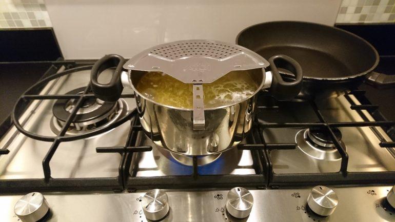 Mijn afgietdeksel tijdens het koken.