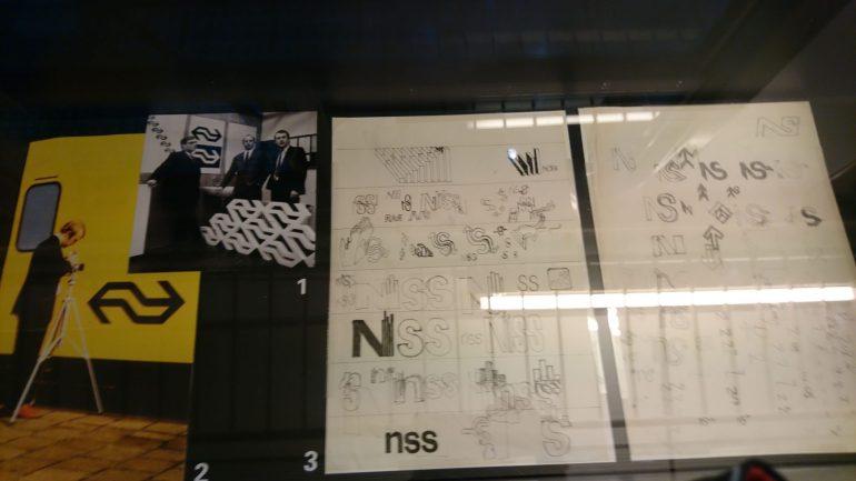 Schetsen van diverse logo's.