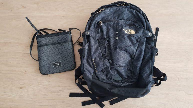 Mijn rugzak en de tas die ik van mijn tante kreeg.