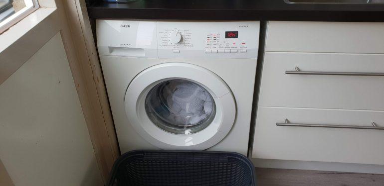 De was in de wasmachine doen en instellen.