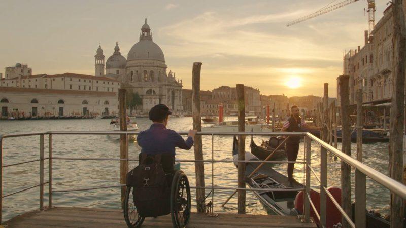 Mari in zijn rolstoel in Venetië.