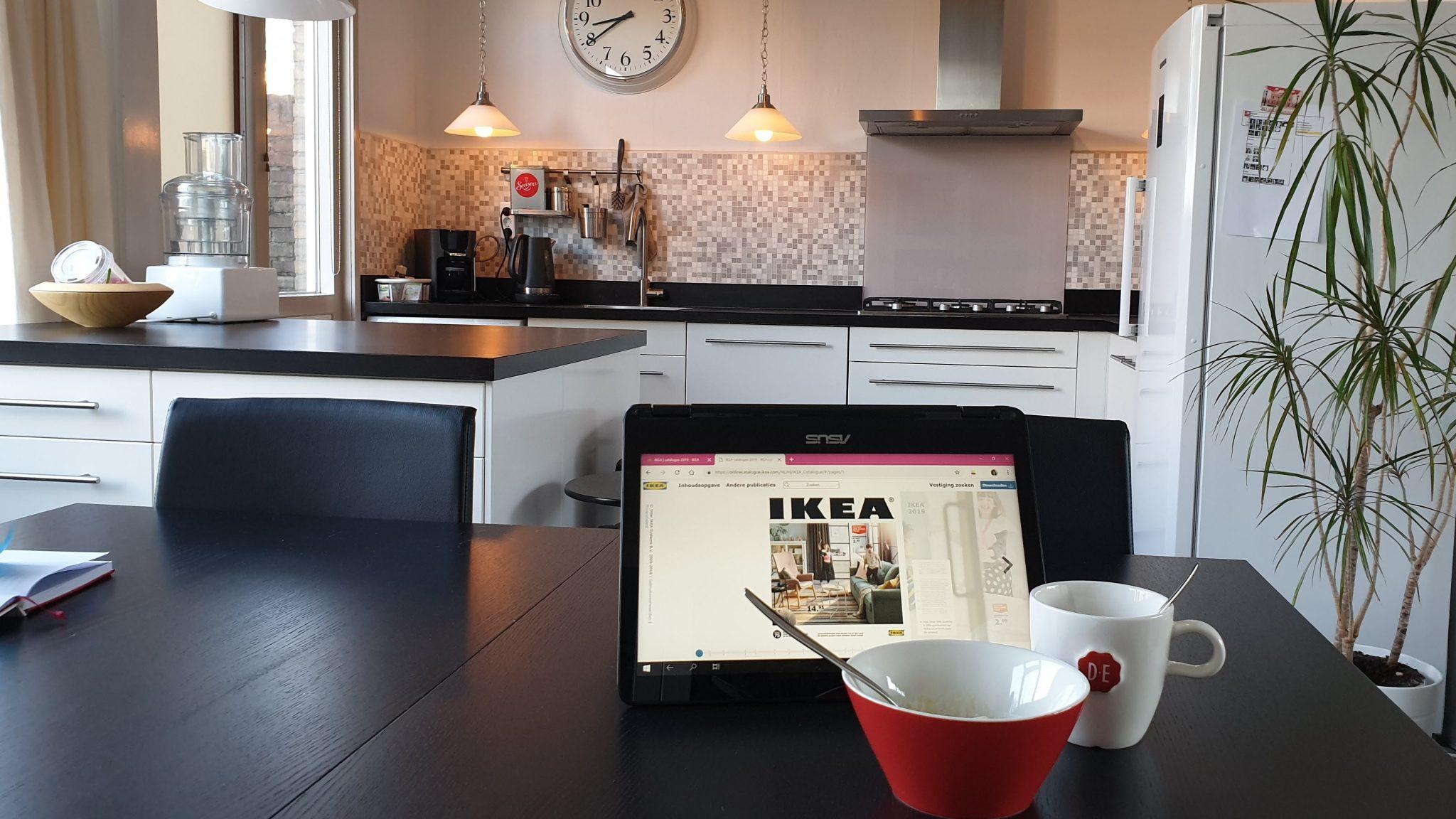 de catalogus van Ikea bekijken op mijn laptop en mijn huis