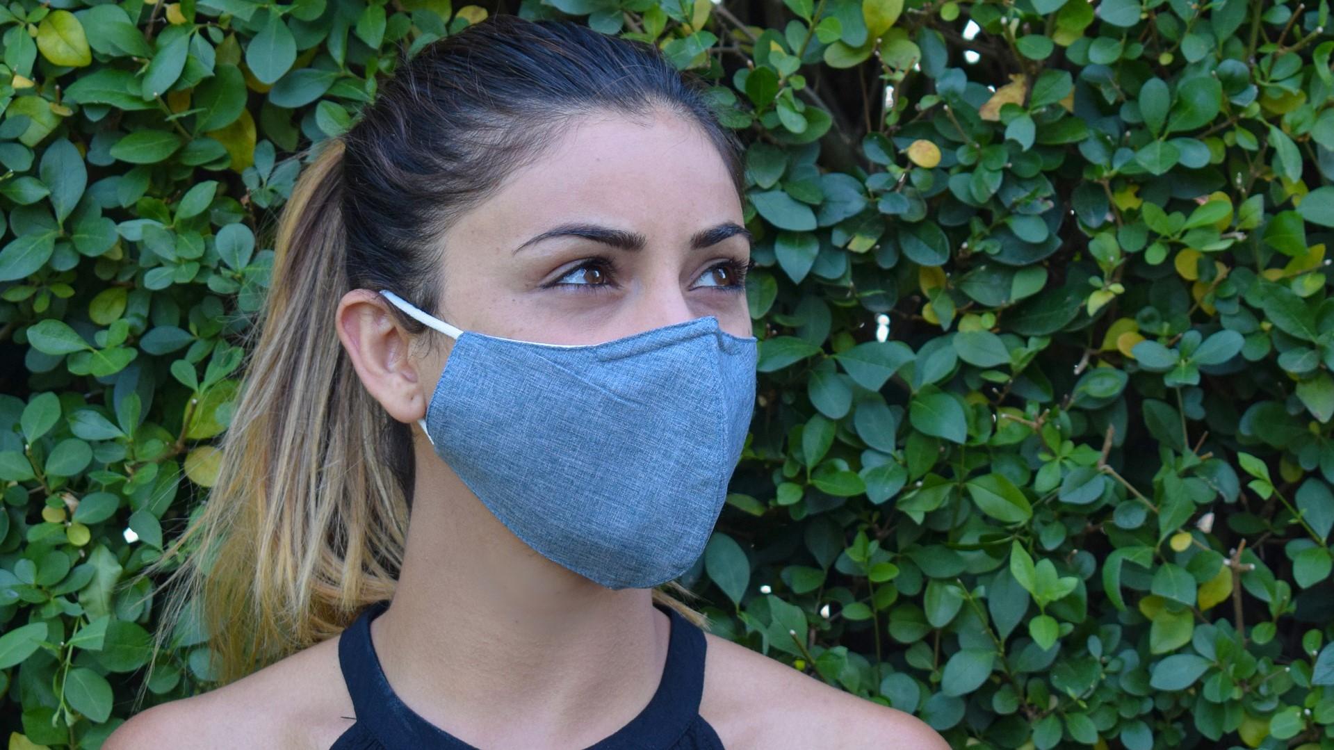 mondkapjes dragen: Meisje met een mondkapje op