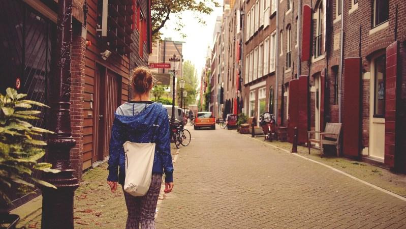 Wandelende vrouw alleen in Amsterdam
