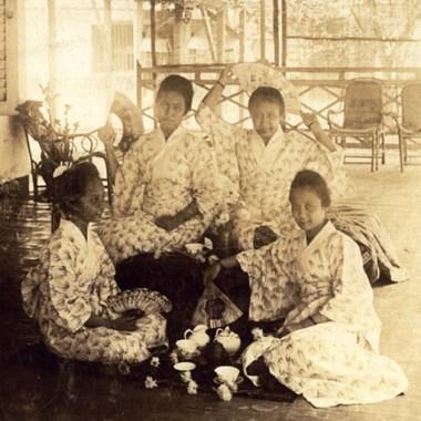 Kartini dan adiknya memakai pakian kimono jepang arsip koleksi Rumah Kartini Jepara Indonesia