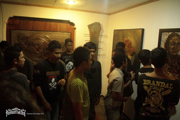 Pengunjung Pameran Seni Rumah Kartini Japara