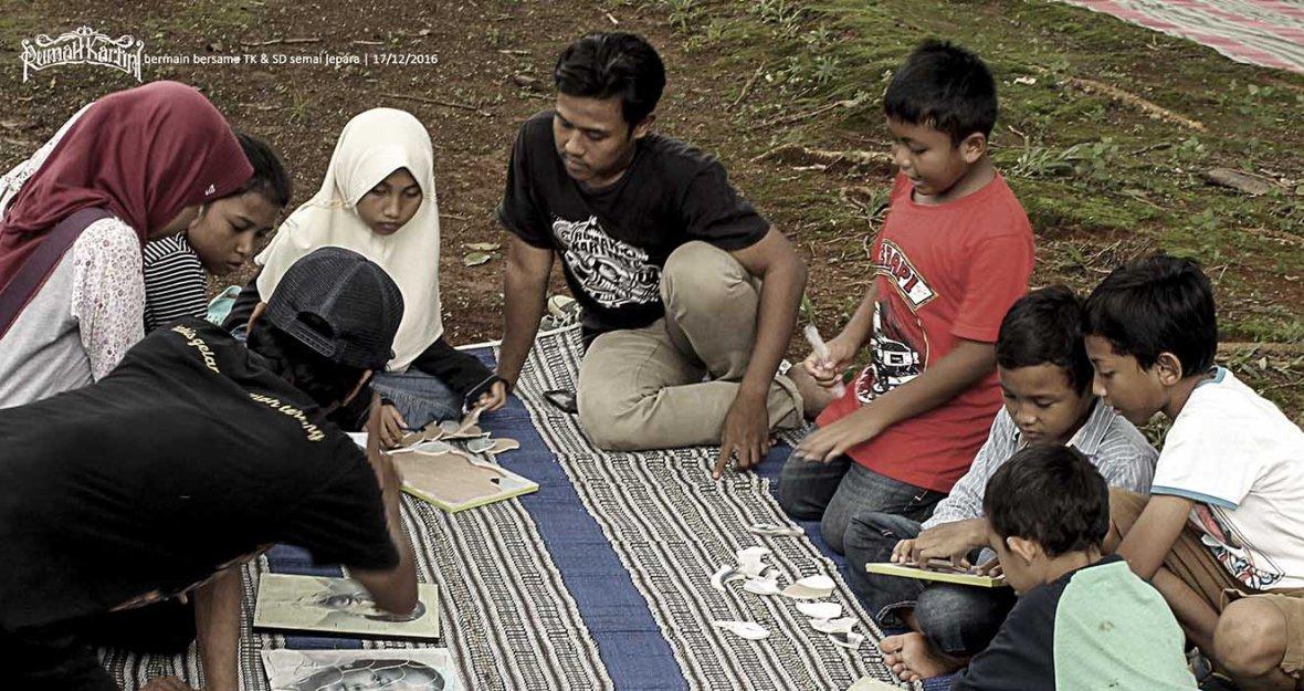 bermain sejarah Rumah Kartini Japara bersama anak siswa SD Semai Jepara