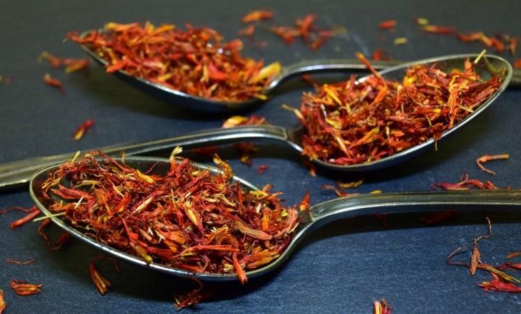 gambar bunga saffron yang dikeringkan, manfaat saffron untuk kesehatan