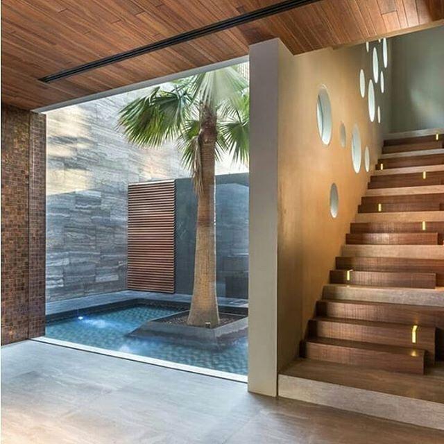 Design  tangga dan void taman yang alami modern dan simple