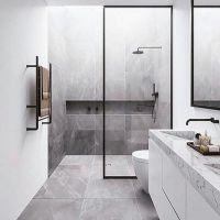 Kamar mandi putih putih masih ngetrend kalau di kombinasi dengan mamer atau keramik mirip mamer atau pun batu alam