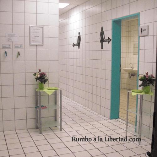 Baño público alemán con plato para pagar