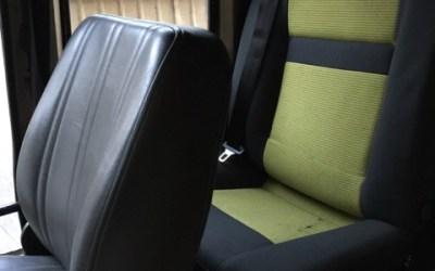 Ein Notsitzersatz und ein eingebauter Kühlschrank