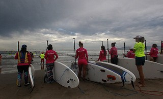 Roxy reúne a 900 chicas para hacer yoga, paddle surf y correr