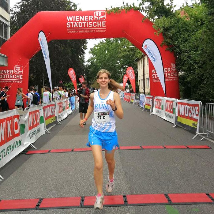 Runmylean läuft beim Startup Lauf in Graz mit. Auf dem Foto steht läuft sie gerade in die Zielebene.