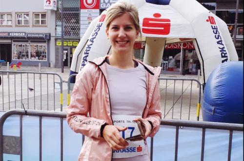 Runmylean ist überglücklich über ihre Zeit bei ihrem ersten Viertelmarathon. Sie konnte die 10,5 Kilometer unter 55 Minuten laufen.