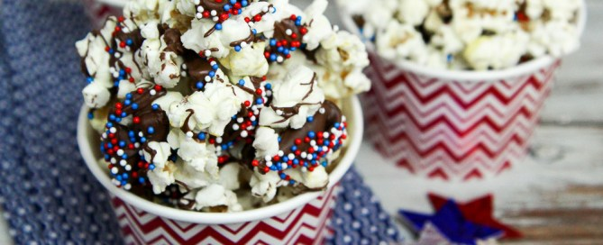 Healthy Patriotic Popcorn recipe for 4th of July, Labor Day or Memorial Day. / Running in a Skirt