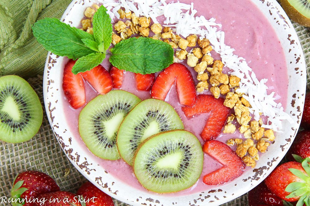 Kiwi Strawberry Smoothie Bowl Recipe / Running a Skirt