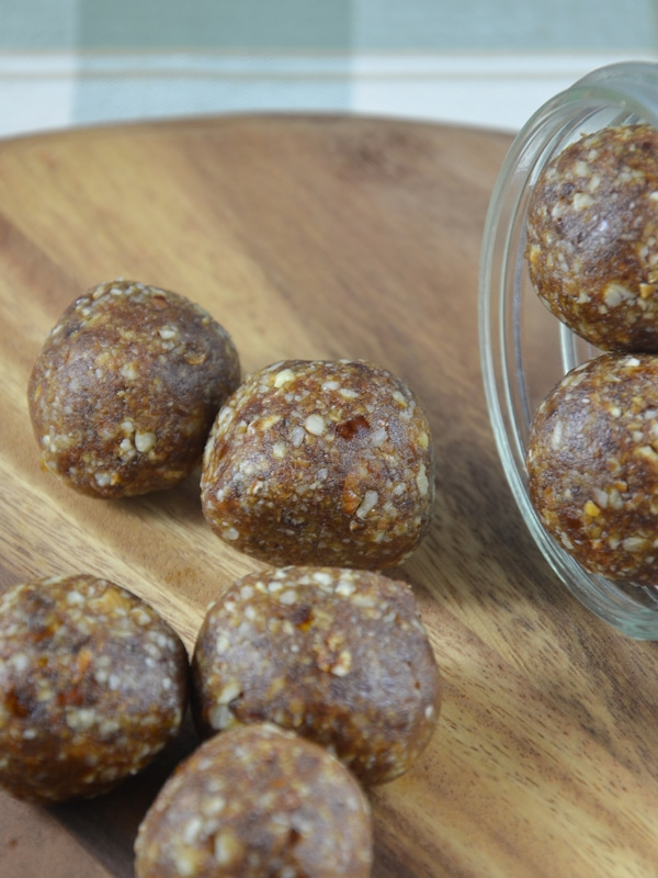 Pecan Pie Balls: All you need is 4 ingredients and 5 minutes to reach vegan, gluten-free, raw, delicious bliss.