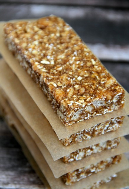 No Bake Pumpkin Spice Granola Bars -- loaded with wholesome ingredients and plenty of sweetness and spice, these soft and chewy No Bake Pumpkin Spice Granola Bars are the ULTIMATE fall treat! || runningwithspoons.com