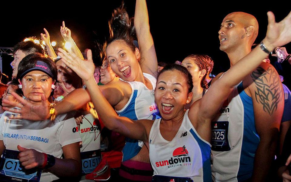 Sundown Marathon Singapore 2014: 30,000 Runners Bring on the Night in Country's Largest Night Marathon