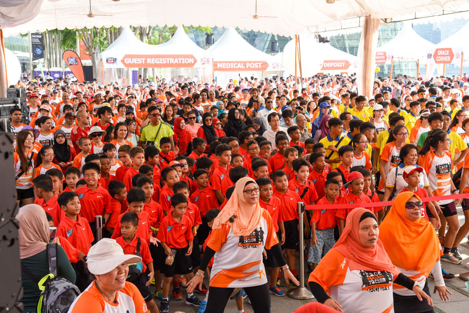 7,000 Race Against Racism at the Orange Ribbon Run 2015
