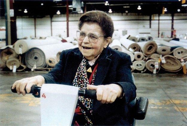 Миссис Би в 1997 году. Она работала в магазине вплоть до своего 103-летия. Фото: nfm.com