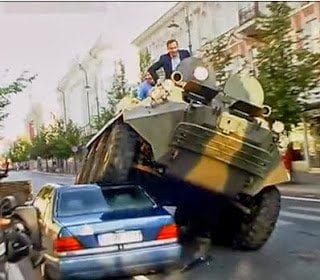 بالفيديو : شاهد محافظ يسحق السيارات المخالفة بالدبابة !